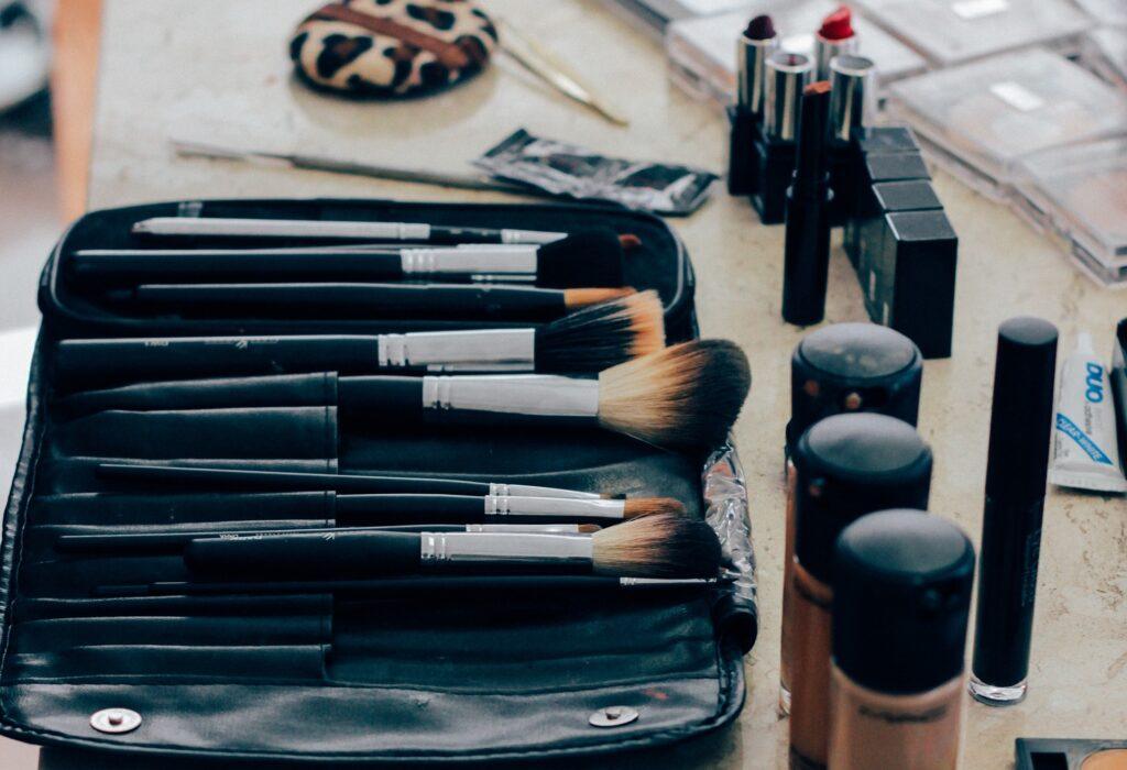 Breakthrough Lighting Device for Makeup & Shaving!